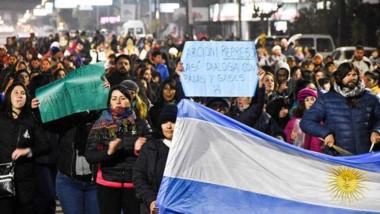 Repudio general. Con pancartas y carteles de protesta, se expresó la comunidad madrynense en las calles.