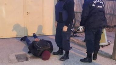 El caco en momentos de ser detenido por la prevención policial en jurisdicción de la Comisaría Tercera.