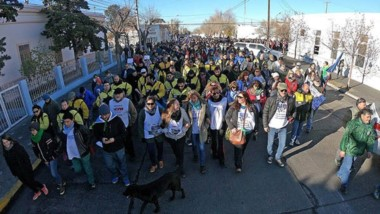 Por Rawson. Ayer hubo marcha de los docentes que llegaron de distintos puntos de la provincia para repudiar los actos de violencia.
