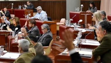 Manos arriba. Una de las votaciones en el parlamento en Rawson.