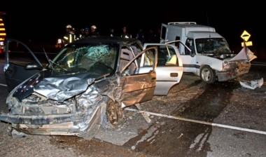 El Corsa y la Express, con serios daños sobre la Ruta 7. (Foto: Alberto Evans / Jornada)