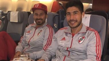 Rodrigo Mora y Luciano Lollo en el avión que partió de Ezeiza rumbo a los EE.UU.