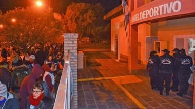 Tras la vigilia de los docentes afuera del Hotel, los funcionarios y los dirigentes gremiales lograron salir ayer pasadas las 7 de la mañana.