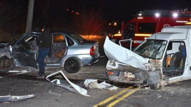 Hubo un impresionante despliegue de ambulancias, bomberos y efectivos policiales, a raíz de la colisión.
