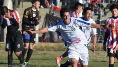 Damián Cid celebra el tercer gol de Río Pico, el único de su autoría,  ayer en el Municipal de Esquel.