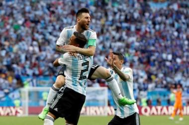 Pateó Messi, la desvió Mercado y adentro.