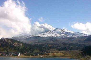 La pluma de la columna de vapor se desplaza con dirección a Chile, según se informó.