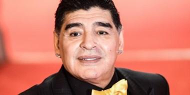 Maradona llegó hoy a la ciudad de Cali, Colombia, para someterse a un examen médico en la rodilla izquierda.