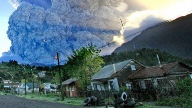 La ceniza superó 10 Km. de altura sobre el nivel del mar, mientras el volcán sigue lanzando material piroclástico.