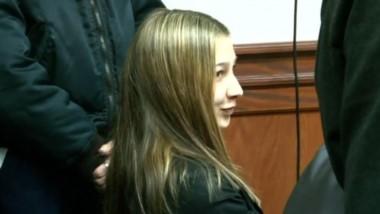 Preocupada por su pelo y esbozando una sonrisa, Nahir Galarza comenzó a vivir el primer día del juicio en su contra por el crimen de su novio Fernando Pastorizzo.