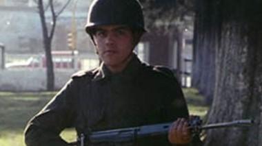 """Julio Cao como soldado: el docente les dijo a sus alumnos que estaba en Malvinas """"cumpliendo mi labor de soldado: Defender la Bandera""""."""