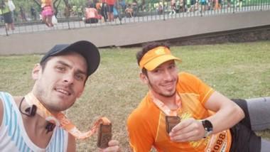 Tras correr los 42 kilómetros, Behm y Suárez descansan y se fotografían mostrando sus medallas finisher.