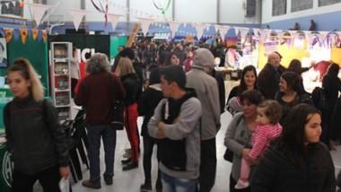 Visita. Durante 4 días y un fin de semana, el público se acercó a recorrer la Feria y a comprar libros.