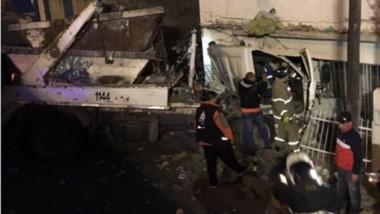 El vehículo trasladaba volquetes cuando se incrustó en una casa.