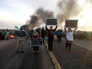 Los trabajadores cortan la Ruta 3 en Madryn. /Foto: @GestionGremial