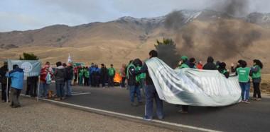 Embanderados. El grupo de ATE que decidió paralizar el tránsito en una vía que es clave para buena parte de la región oeste de la Patagonia.