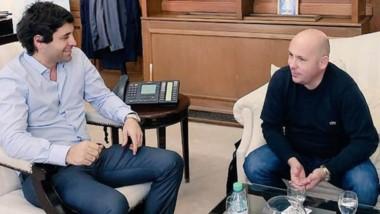 Dúo. De Luca (izquierda) y su conversación con el jefe comunal.