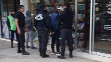 Policía no tardó en detener a los delincuentes a dos cuadras y media.