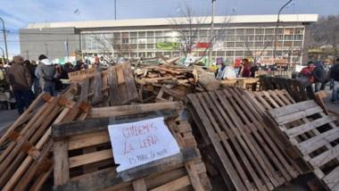 Leña. Otra de las imágenes en las afueras del Ministerio de Educación donde ya pasó una semana de la toma.