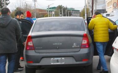 Bastida (de campera amarilla), subiendo a un auto de la Policía. (Foto: Norman Evans / Jornada)