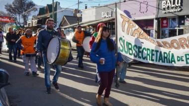 Bandera. Los trabajadores de Bosques se sumaron a las manifestaciones del resto de los estatales.