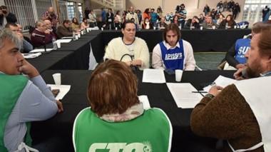 Esperando. Los referentes gremiales se sentaron en una mesa colectiva para escuchar la oferta de Fontana 50, que no logró acuerdo por ahora.
