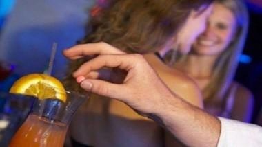 """""""Era noche de barra libre y ella tomó una bebida de las que estaban previamente servidas. Al rato se sintió mareada y perdió el conocimiento"""". (Archivo)"""
