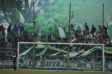 """""""La Barra del Verde"""" acompañó a su equipo en gran número en la consagración."""
