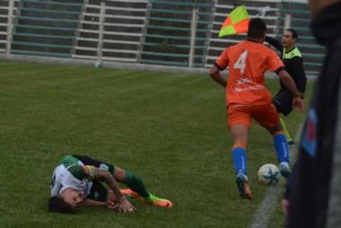 Duro momento para el charrúa Darío Pellejero al término del partido. Grave lesión.
