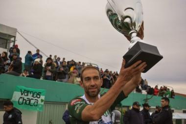 Debido a la lesión de Pellejero, no hubo festejo. El referente, Walter Dencor, recibió el trofeo.