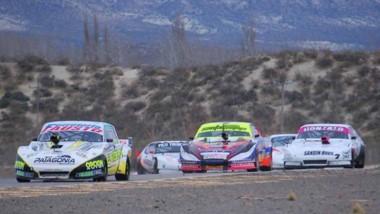 """A fondo. Javier Figueroa ganó la segunda serie del TC Austral ayer en el autódromo """"Mar y Valle""""."""