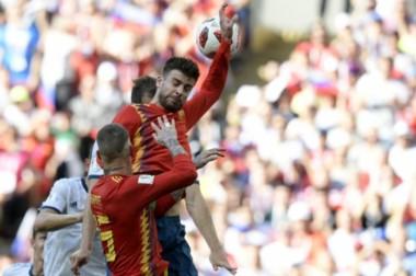 La jugada infantil de Piqué en un corner, que significó el penal para que Rusia empatara el partido