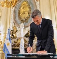 Las firmas del presidente. Vienen estampándose en medidas de Gobierno que perdurarán en la historia...