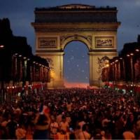 Impresionante festejo galo en la avenida más hermosa de París, Champs Elysees.