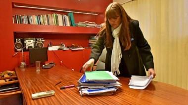 Volver tras la toma. La ministro de Educación, Graciela Cigudosa, ingresa a su despacho y sobre el escritorio la esperaba una pila de expedientes.