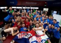 Festejo íntimo de los jugadores de Croacia en el vestuario.
