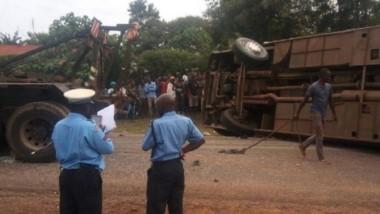 Personal policial en el momento de retirar el micro que por una insólita distracción terminó volcando y provocando la muerte de un pasajero.