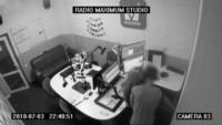 La pareja ingresó furtivamente al estudio radial cerca de las 23, justo cuando la programación ya había concluido.