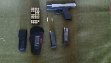 El arma calibre 9 milímetros junto a las municiones que fueron incautadas durante el procedimiento.