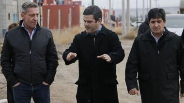 Diálogo. Desde la izquierda, Arcioni, Aranibar y Etchepareborda, durante la caminata por Gaiman.
