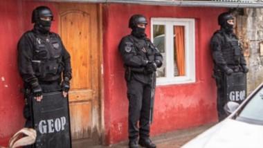 """Personal del GEOP en uno de los domicilios allanados donde operaban los """"narcoporteros"""" detenidos."""