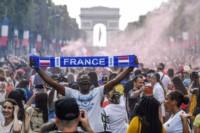 A la hora de la victoria, en la multicultural Francia no hubo más que tres colores: el rojo, blanco y azul de la bandera que los bleus.