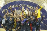 Los franceses recibieron la Copa del Mundo bajo la lluvia.