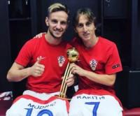 Modric, mejor jugador del Mundial, intercambió su camiseta con Rakitic. Ambos se hicieron una dedicatoria especial tras su histórica participación en Rusia 2018.