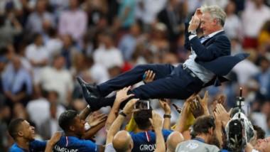 Deschamps, DT de Francia, el mimado en los festejos del campeón.