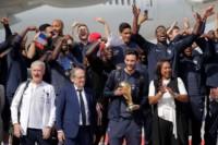 El equipo de Didier Deschamps arribó a la capital con el trofeo y los jugadores recorrerán la ciudad, repleta de fanáticos.