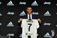 CR7 brindó una conferencia de prensa, estampó la firma, y se convirtió oficialmente en jugador de Juventus, siendo el pase del año.