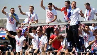 Miles de aficionados llenan las calles de la capital croata para recibir a sus héroes.