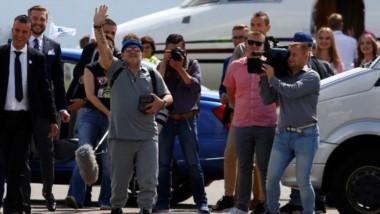 Maradona fue recibido con honores en Bielorrusia: alfombra roja, camioneta de guerra y un anillo de diamantes.