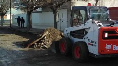 Trabajos. Las máquinas municipales recorren los barrios mejorando las calles y recolectando residuos.